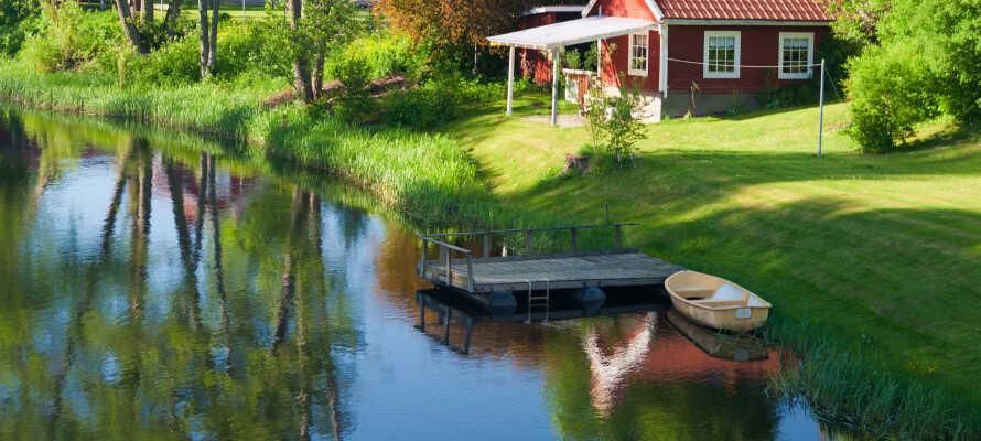 Senk skuldrene i de vakre og fredelige omgivelsene med en stor park og innsjø på hotellet.
