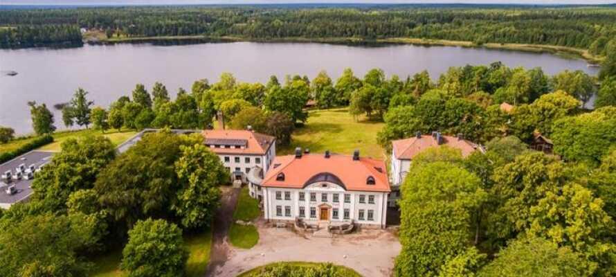 Kör på bilsemester till Småland och bo på vackert belägna Elsabo Herrgård.