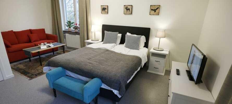 Die Zimmer sind frisch renoviert und haben Fernseher und Fön - und Blick auf den Park oder den See.