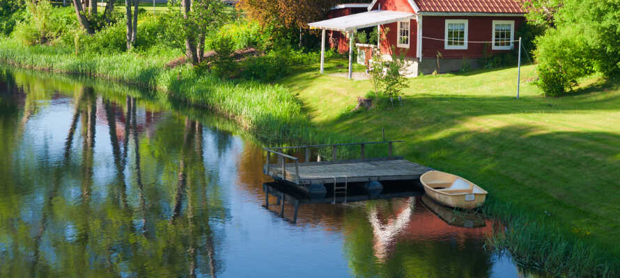 Genießen Sie die schöne, ruhige Umgebung mit einem großen Park und einem See am Hotel.