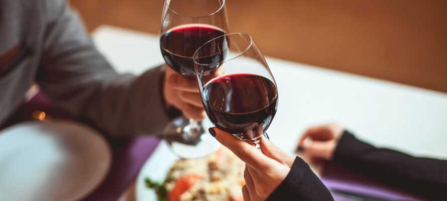 Hotellets hyggelige og stemningsfulde restaurant byder på traditionelle, gode og velsmagende aftenretter.