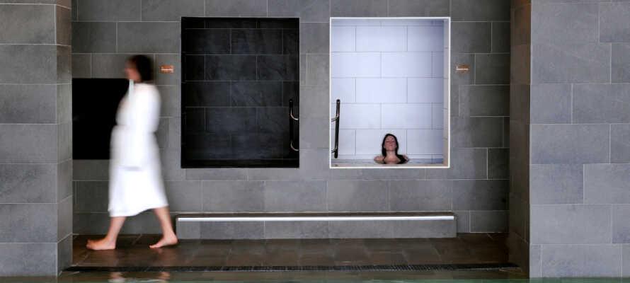 Nyd hele 6 swimmingpools, saunaer og dampbad, afslapningsrum og spabehandlinger samt et udvalg af fitnessfaciliteter.