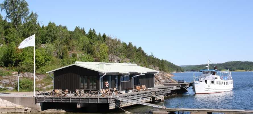 Om sommeren kan I bade ved hotellets private strand og badebro.