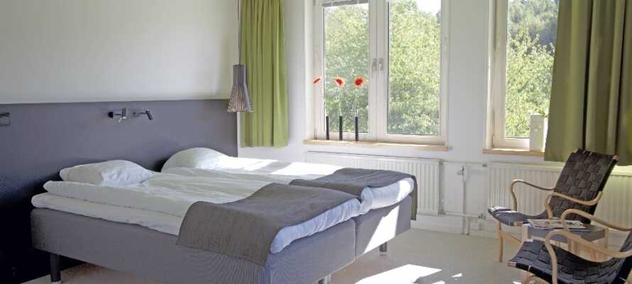 Hotellet har romslige rom i lyse og fine farger