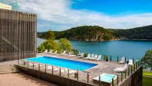 Hotell är beläget vid den slående vackra Gullmarsfjorden, ca 20 km nordost om Lysekil.