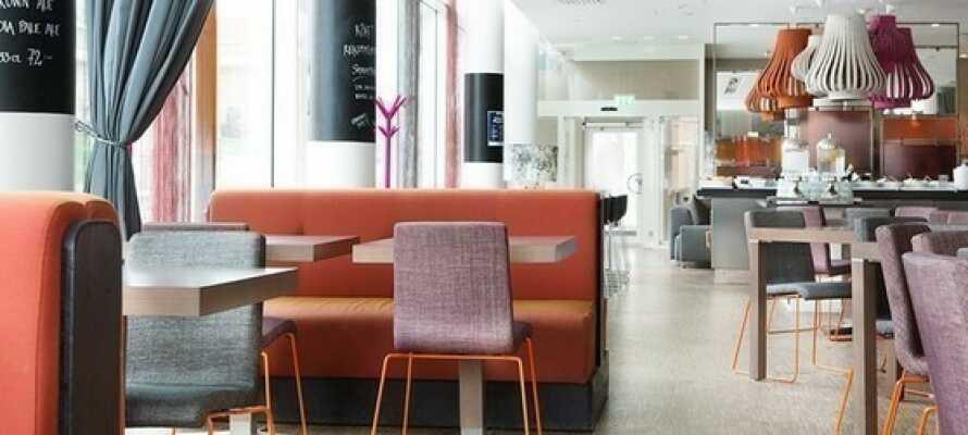 In der 300 m² großen Lobby und Bar können Sie sich bei einem Getränk entspannen.