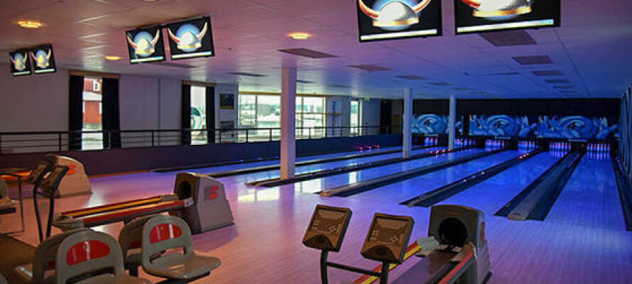 I hotellets egen bowlinghal kan I udfordre hinanden med en runde bowling.