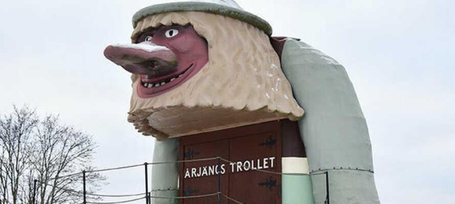 Es ist nur ein kurzer Spaziergang zum Wahrzeichen der Stadt, dem Årjängstrollet, einer großartigen Trollskulptur.