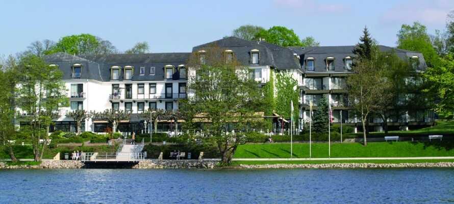 Hotellet har en skøn beliggenhed midt i naturparken Holsteinische Schweiz og lige ned til søen Dieksee