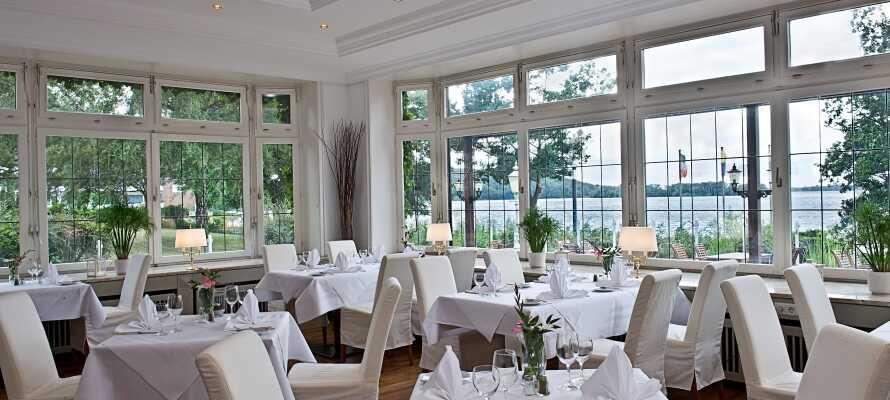 Njut av god mat och dryck i hotellets restaurang, med fin utsikt över sjön.
