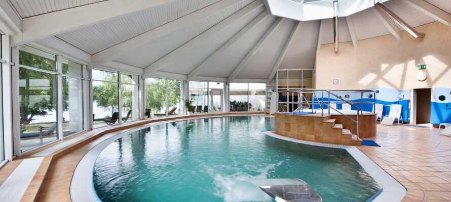 Ta ett uppfriskande dopp i hotellets pool och slappna av med wellness, bastu och ångbad.