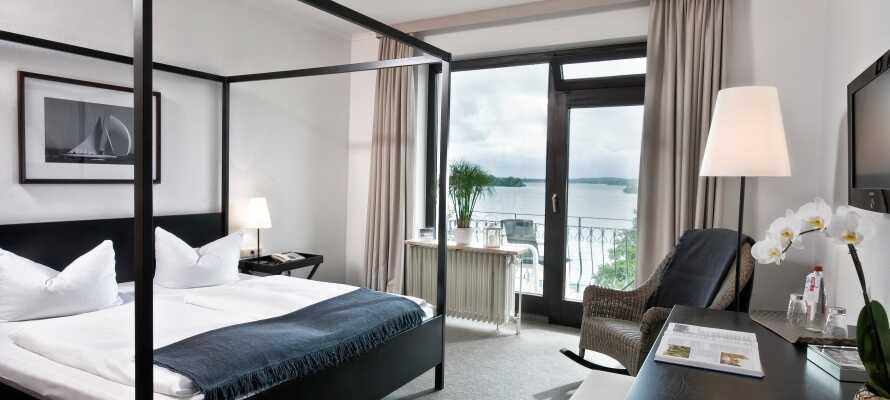 Hotellets værelser er lyse og moderne indrettede og kan bestilles enten med udsigt til landsiden eller søsiden.