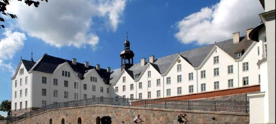 Åk på utflykt till Plön och besök slottet som tronar över staden.