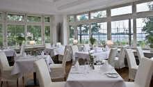 Från restaurangen bjuds ni på en härlig utsikt över sjön.