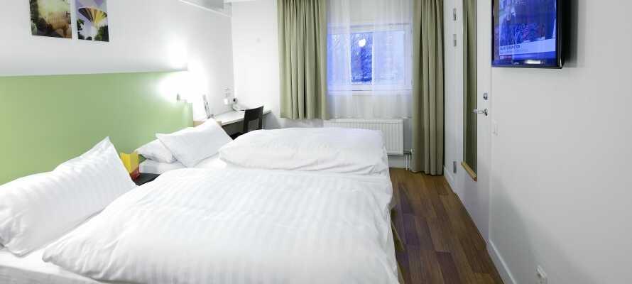 Hotellets værelser er moderne indrettet, og der er mulighed for at booke et værelse med plads til tre personer.