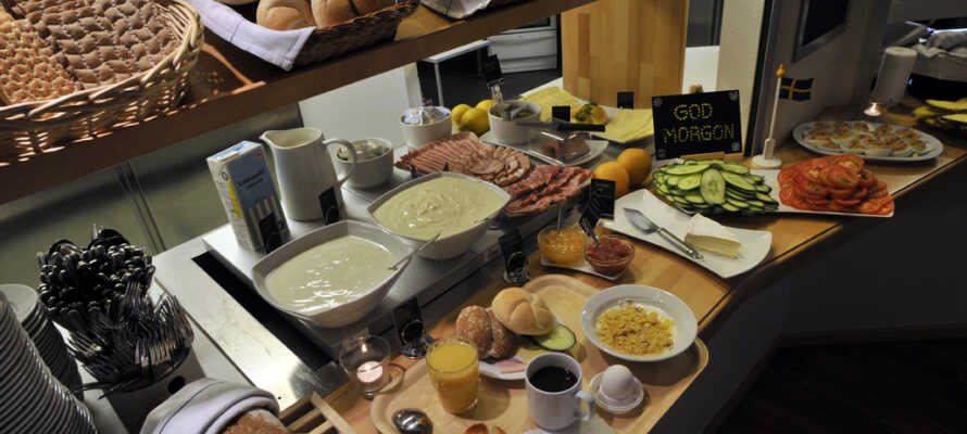 Varje morgon kan ni avnjuta en varierande och god frukost i restaurangen!
