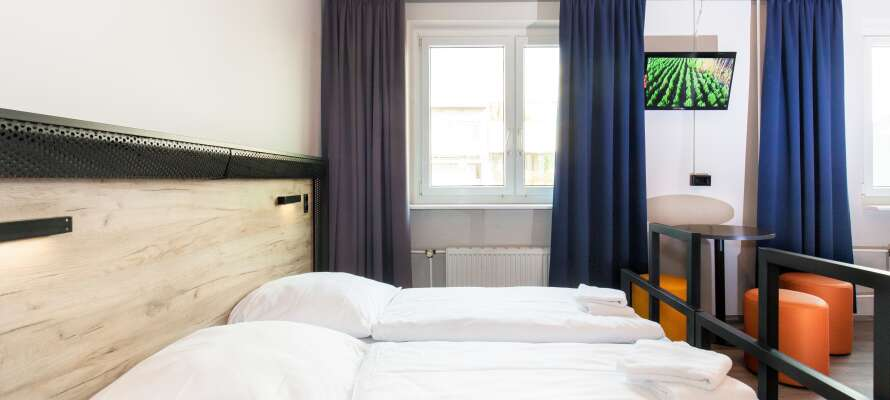 Sov gott i hotellets ljusa och bekvämt inredda rum.