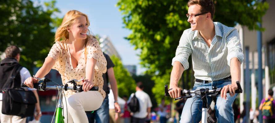 Hyr en cykel på hotellet och passa på att uppleva Berlin på två hjul.