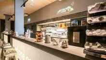 Hotellet byder på morgenmad og lette aftenmåltider i hyggelige rammer.