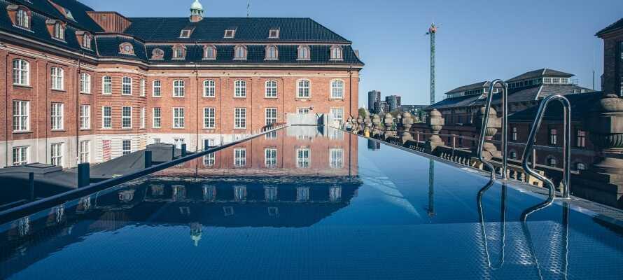 Ta ett dopp i hotellets fantastiska pool som värms upp på hållbart vis året runt