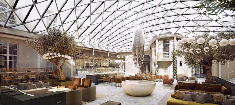Bygningens historiske arkitektur, kombinert med moderne design skaper en eksklusiv atmosfære.