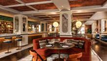 Nyd udsøgt mad fra hotellets eget brasserie, 'Kontrast'.