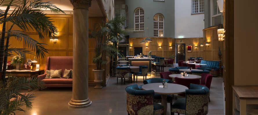 I cocktailbaren kan ni beställa läckra drinkar i innergården med 30 m takhöjd.