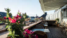 Njut av den härliga utsikten från takterrassen på sjätte våningen med en kopp kaffe eller ett glas bubbel.