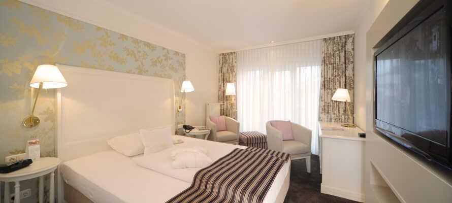 De stilfuldt indrettede værelser tilbyder afslapning og hyggelige stunder i smagfulde omgivelser.
