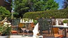 När vädret tillåter kan ni njuta av semesterlivet på hotellets fina terrass.