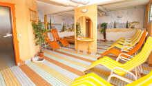 Slap af i de dejlige liggestole efter en tur i saunaen.