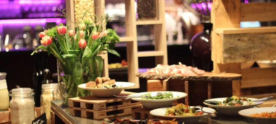 Spis godt i hotellets stilfulde restaurant, som byder på dagligt skiftende temabuffeter i flotte og indbydende rammer.