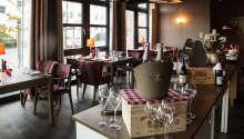 I hotellets indbydende restaurant er der aftenbuffet, hvor temaet skifter dagligt.