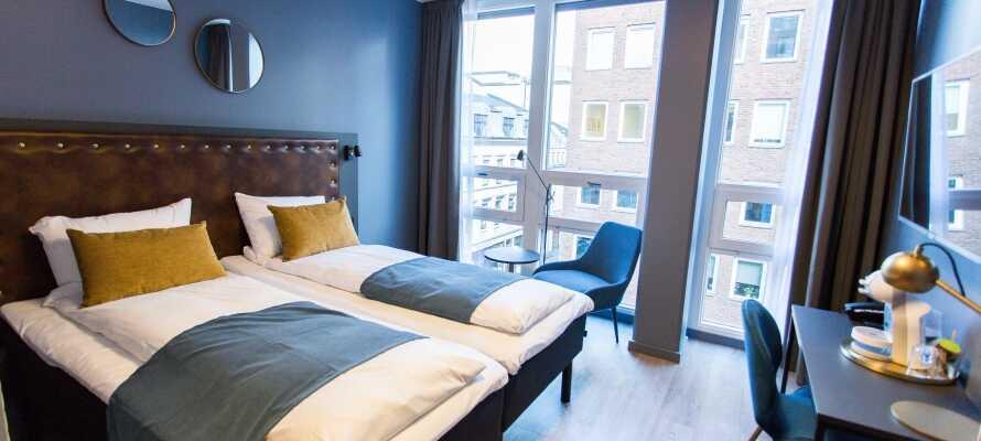 Alle Zimmer verfügen über ein Bad, äußerst bequeme Betten, einen Schreibtisch, einen Kleiderschrank und einen Flachbild-TV.
