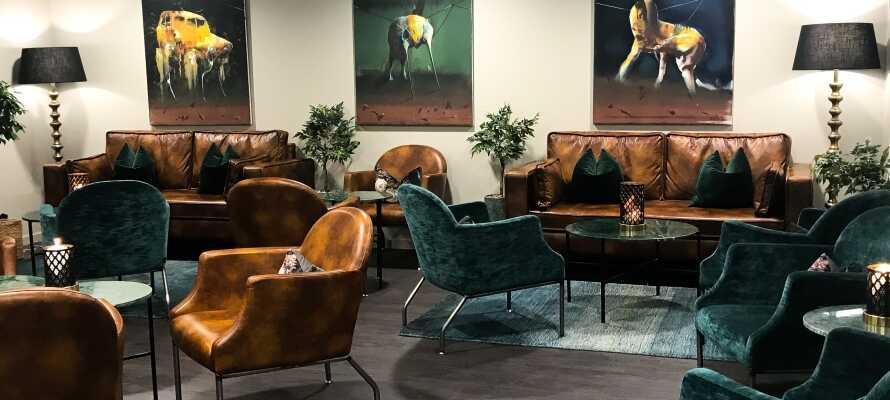 Entspannen Sie in der gemütlichen, schön eingerichteten Lobby, in der Sie als Hotelgast kostenfrei Kaffee und Tee genießen können.