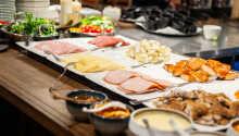 Morgens stärken Sie sich am köstlichen Frühstücksbuffet, in gemütlichem Ambiente im Restaurant Foodie, direkt gegenüber vom Hotel.
