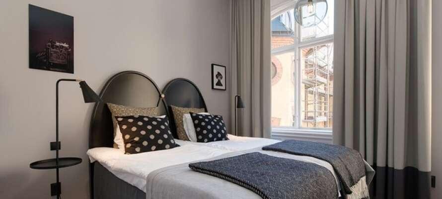 Bo i elegante og klassisk innredede rom.