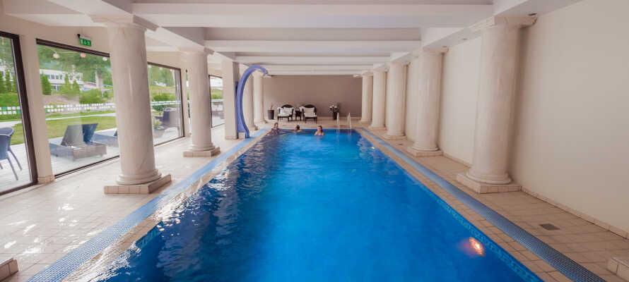 Es gibt ein wunderbares Schwimmbad und Möglichkeiten für Spa und Massage.