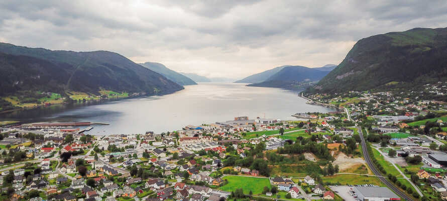 Hotellet ligger ved Nordfjorden som er kjent for sine maleriske omgivelser.