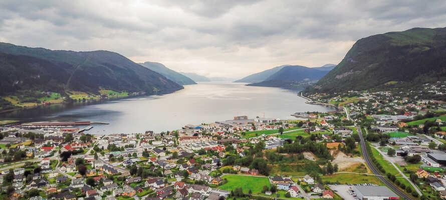 Hotellet ligger ved Nordfjorden kendt for sine maleriske omgivelser.