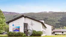 Nordfjord Hotell har ett fint läge mitt i Norges vackra naturlandskap.