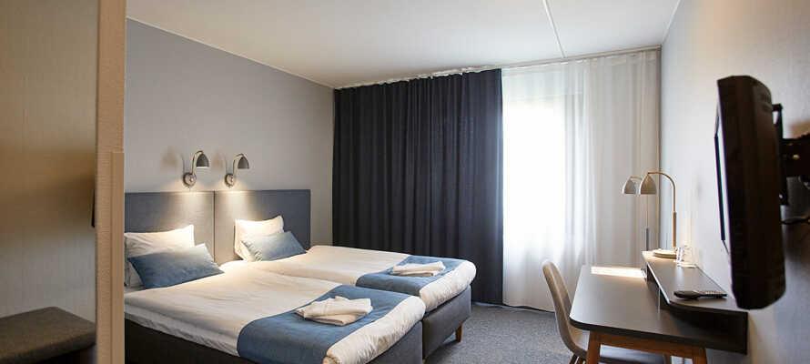 Alle Zimmer sind mit Bad und WC, bequemen Einzel- oder Doppelbetten, Schreibtisch, Stuhl und TV ausgestattet.
