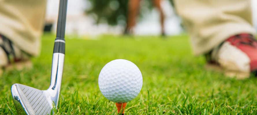 Es gibt Golfplätze in der Nähe für einen Golfurlaub sowie weitere Aktivitäten für einen Aktivurlaub.