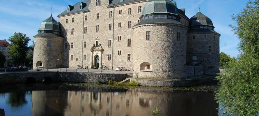 Benyt lejligheden til at tage på en udflugt til Örebro, hvor I blandt andet kan besøge byens gamle borg.