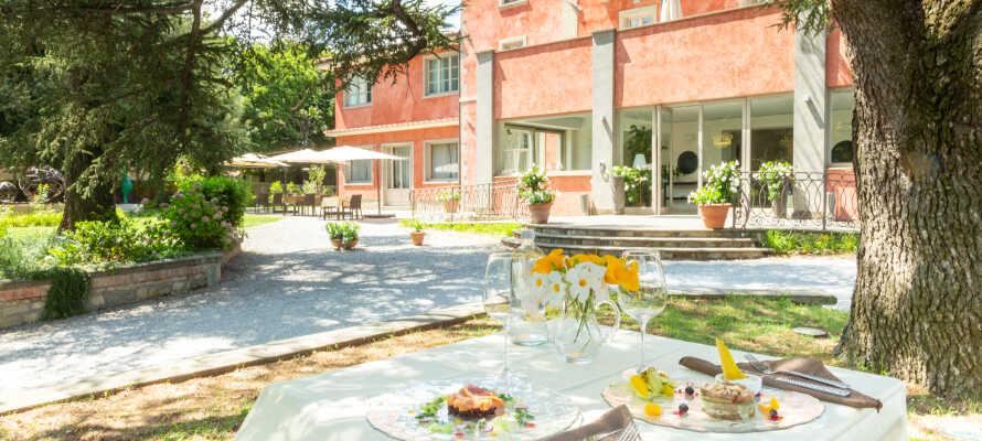 Dieses schöne Villa-Hotel liegt in einer Parkumgebung sowie in fußläufiger Entfernung zum Ortszentrum von Castel del Piano in der Toskana.