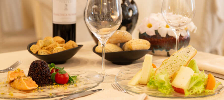 In Ihrem Aufenthalt ist eine Probeverkostung lokaler Delikatessen mit einer Reihe von Produkten wie Grappa, Rotwein, Olivenöl und Pecorino-Käse inbegriffen.