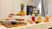 Beginnen Sie den Tag mit einem wunderbaren Frühstücksbüfett, das in hellem und einladendem Rahmen serviert wird.