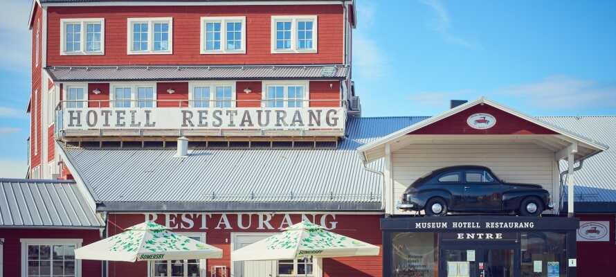 Hotellets restaurant byder  på velsmagende måltider i hyggelige omgivelser, og når vejret er til det kan I nyde maden udendørs.