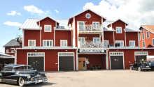 Das Hotell Nostalgi genießt eine tolle Lage direkt am Hafen von Motala, neben dem Motor Museum.