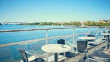Genießen Sie den Ausblick auf den Göta-Kanal und speisen Sie auf der Terrasse des Hotelrestaurants.